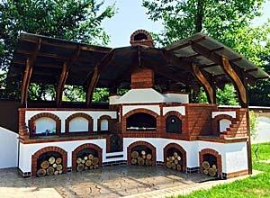 Barbeque cu acoperis din lemn masiv